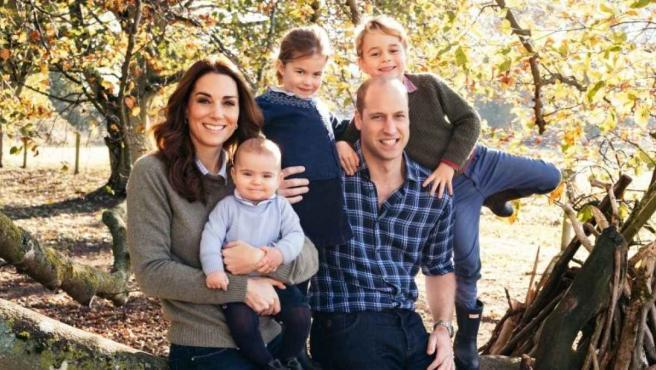 Kate Middleton y el príncipe Guillermo, junto a sus hijos, en Norfolk (Reino Unido).
