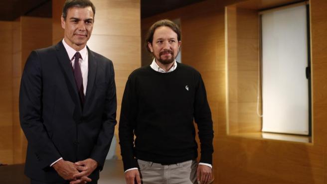 El presidente del Gobierno en funciones, Pedro Sánchez, junto al secretario general de Unidas Podemos, Pablo Iglesias, en el marco de las reuniones para recabar apoyos en la investidura.