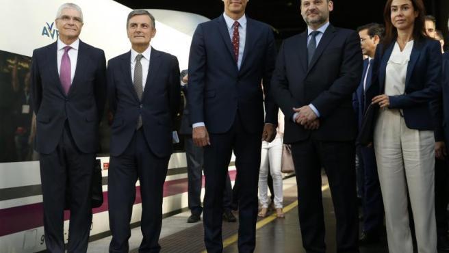 El presidente en funciones, Pedro Sánchez (3d), acompañado por el ministro de Fomento José Luis Ábalos (2d), el secretario de Estado de Infraestructuras, Pedro Saura (2i), y el presidente de Renfe, Isaías Táboas (i), y la presidenta de Adif, Isabel Pardo (d), momentos antes de iniciar el viaje inaugural del AVE Madrid-Granada.