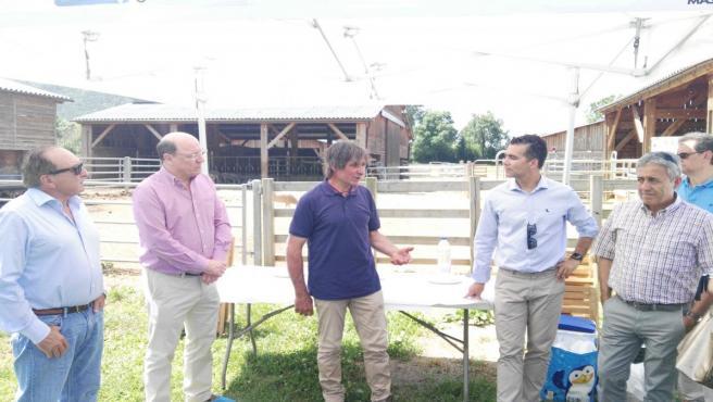 Miembros del consejo rector de Bantierra han visitado una explotación ganadera en la Comarca del Alto Gállego