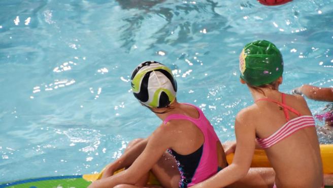 Niños en una piscina municipal de Palma