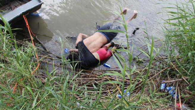 La madre y esposa de los fallecidos pudo ser rescatada por las autoridades.
