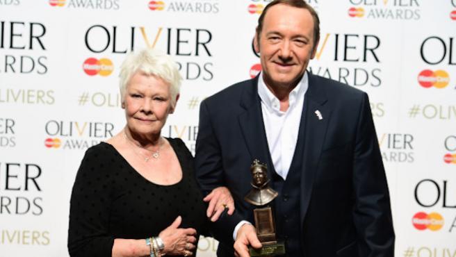 """Judi Dench defiende """"el talento"""" de Kevin Spacey y Harvey Weinstein"""