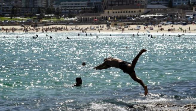 Bañistas se refrescan en el mar, en la playa Bondi en Sídney (Australia), durante un caluroso día de verano.