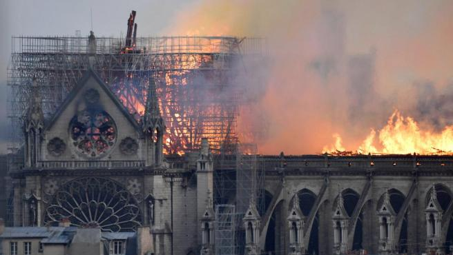 El fuego ha afectado a todo el armazón que sustenta el tejado de Notre Dame, mientras que un portavoz de los bomberos destaca las dificultades de acceso que supone el edificio.