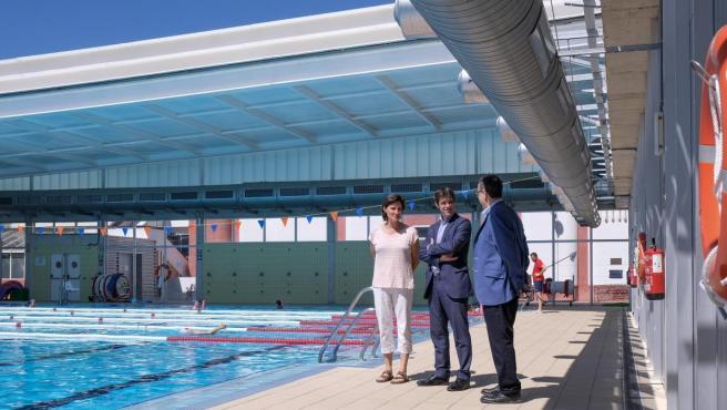 El concejal de Deportes del Ayuntamiento de Sevilla, David Guevara, en una de las piscinas del IMD.
