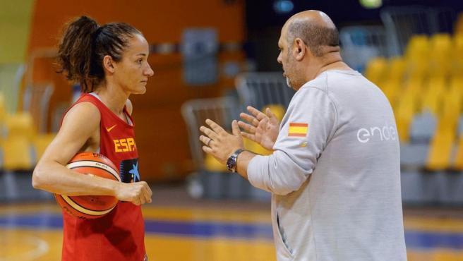 Charla entre Laia Palau y Lucas Mondelo en una concentración de la selección española femenina de baloncesto.