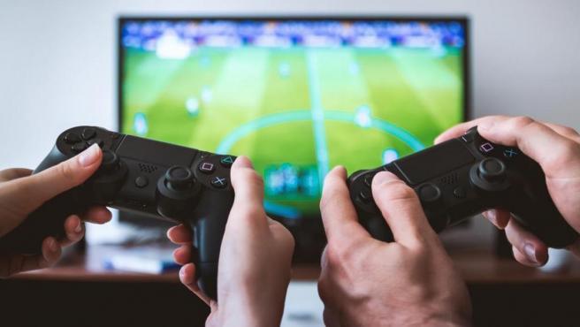 Dos jugadores se enfrentan en un videojuego de fútbol.