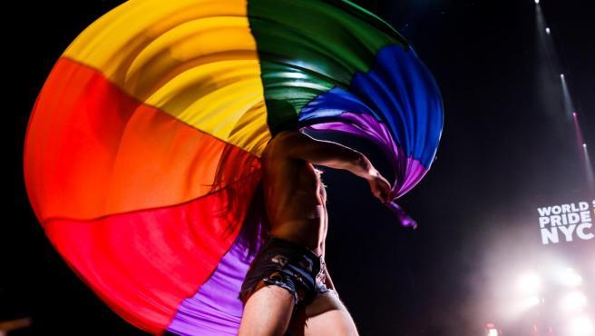 Un bailarín actúa durante la ceremonia de apertura del WorldPride 2019, en el Barclays Center de Nueva York (Estados Unidos).