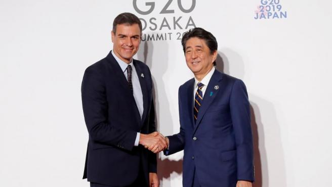 Pedro Sánchez, saludando al primer ministro japonés, Shinzo Abe, en la cumbre de Osaka.