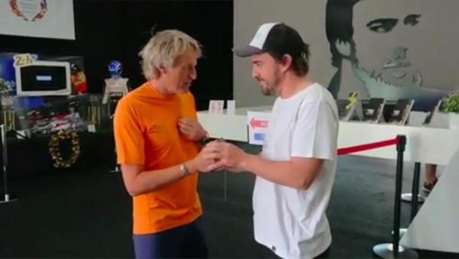 El alpinista y presentador bromea con Alonso al pedirle que le devuelva las llaves de su Toyota.