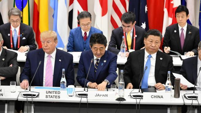 El presidente de EE UU, Donald Trump, el primer ministro nipón, Shinzo Abe, y el presidente chino, Xi Jinping, en una sesión plenaria de la cumbre del G20 en Osaka.