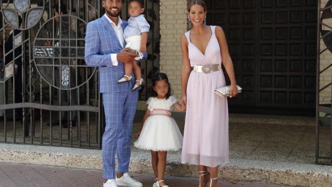 El futbolista Ezequiel Garay y Tamara Gorro con su hija Shaila durante el bautizo de su hijo Antonio en Madrid.