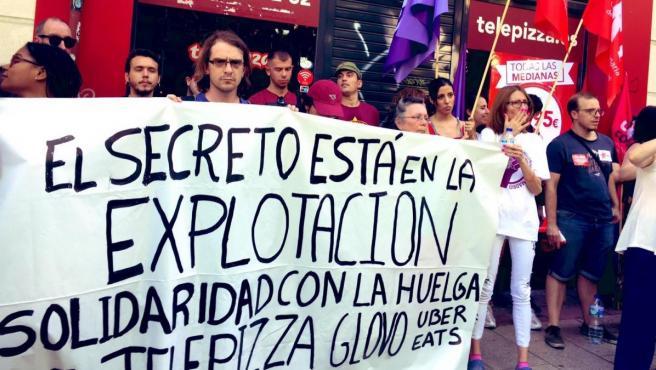 Concentración de trabajadores de Telepizza en Madrid para exigir a la empresa la subia del SMI