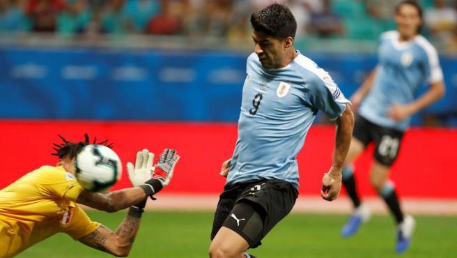 Luis Suárez ante el portero de Perú, Gallese.
