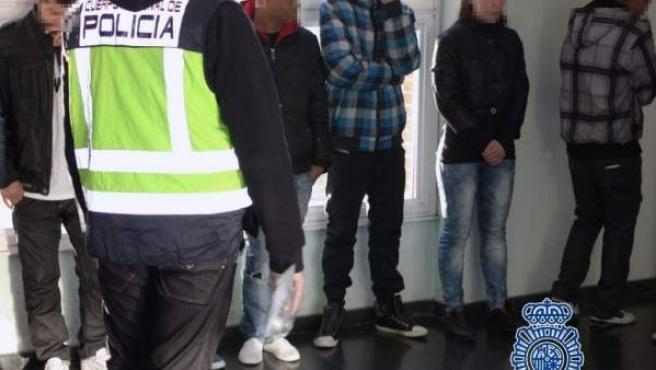 Fotografía de una detención de miembros de bandas latinas en Madrid.
