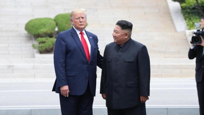 El presidente de EE UU, Donald Trump, se reúne en la frontera entre las dos Coreas con Kim Jong-un.