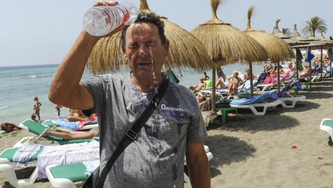 Un hombre se refresca en la costa andaluza.