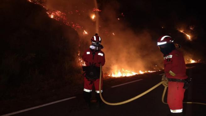 Los bomberos sofocan un incendio en el sur de la provincia de Ávila durante la noche.