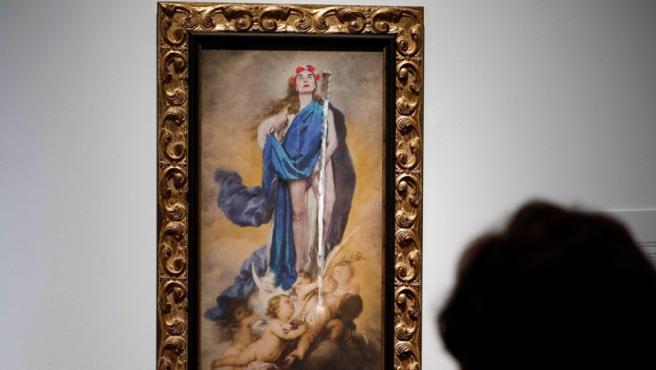 La obra 'Con flores a María', de Charo Corrales, rasgada.