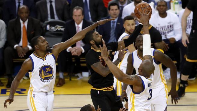 Kevin Durant trata de taponar a Kyrie Irving en la final de la NBA de 2017.