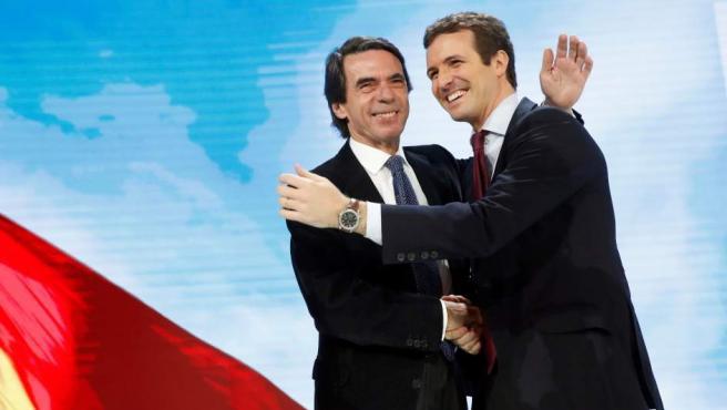 El presidente del PP, Pablo Casado, abraza al expresidente del Gobierno y presidente de la Fundación FAES, José María Aznar.