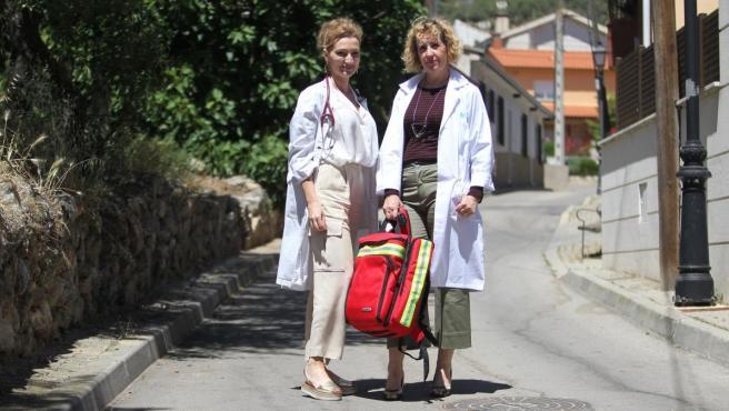 Nuria y Ana, médica y enfermera, en Venturada (Comunidad de Madrid).