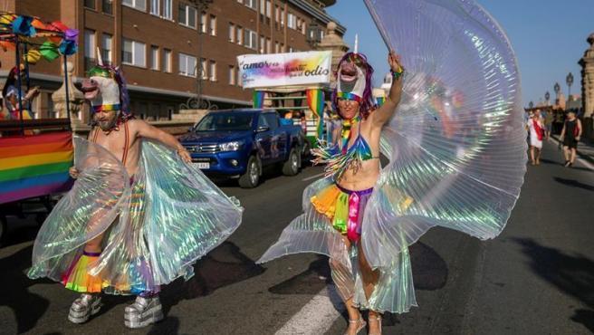 Participantes en la caravana del Orgullo LGTBI 2019 por las calles de Sevilla, que este año contó con 15 carrozas y se celebró con temperaturas que rozaban los 38 grados.