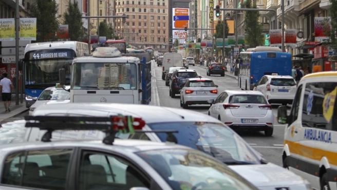 Aspecto del tráfico en la Gran Vía, durante la primera mañana de moratoria de las multas en Madrid Central.