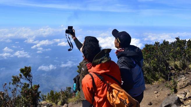 Dos turistas se hacen un 'selfie' en la montaña.