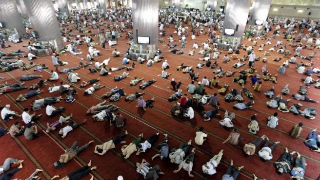 La mezquita Istiqlal durante el tercer día del Ramadán, en Yakarta (Indonesia).