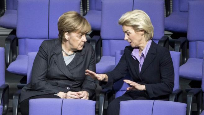 La canciller alemana, Ángela Merkel, conversa en una imagen de 2015 con la que entonces era su ministra de Defensa, Úrsula von der Leyen.