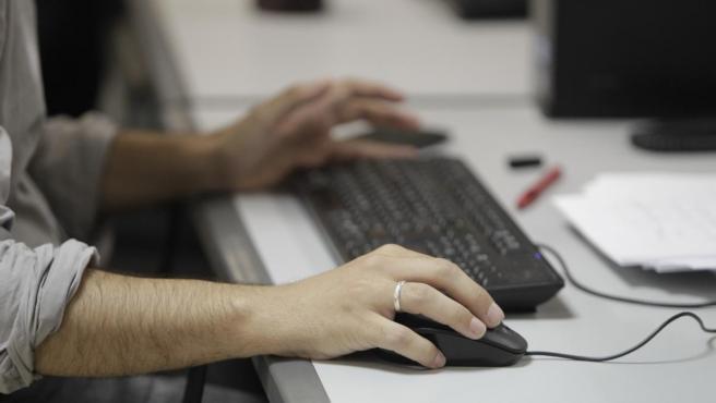 Un trabajador en una oficina, en una imagen de archivo.