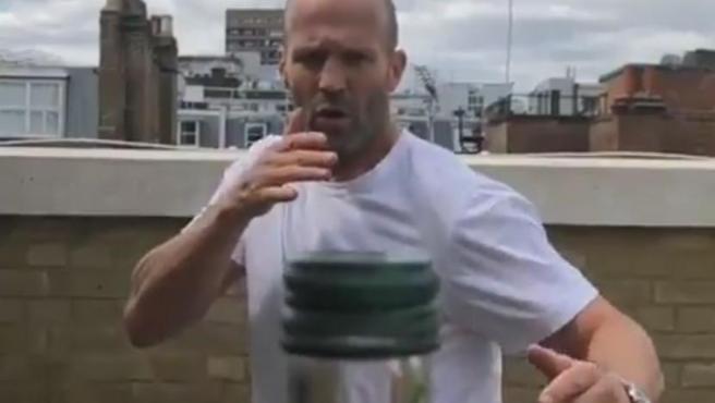 Un nuevo reto viral ha inundado las redes sociales los últimos días. Se trata del Bottle Cap Challenge y consiste en grabar en cámara lenta a alguien mientras destapa una botella con una patada giratoria. El reto es tan arriesgado -y milimétrico- que no cualquiera puede realizarlo. Por eso quizá el actor de películas de acción Jason Statham ha decidido intentarlo. Y, por lo que se ve en las imágenes, no se le da nada mal superarlo.