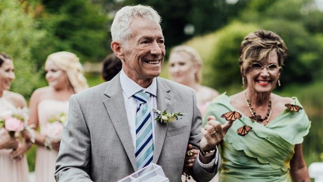 Homenaje a su difunta hija en el que las mariposas no se fueron volando, se posaron sobre ellos