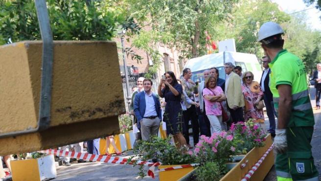 José Luís Martínez-Almeida y Begoña Villacís visitan la calle Galileo.