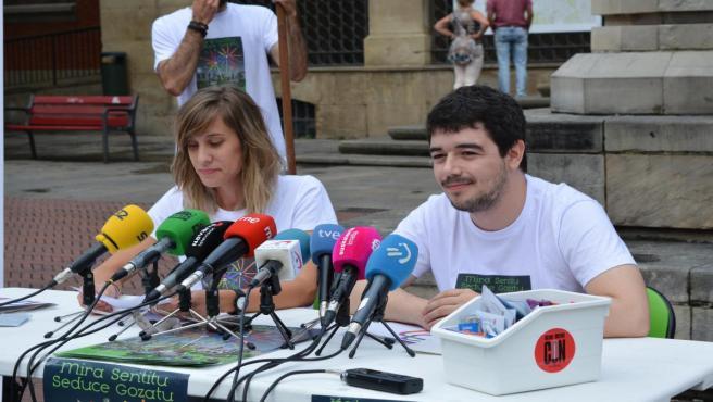 Lucía Burgui, de la Comisión Ciudadana Anti-Sida, y Miguel Garrido, del Consejo de la Juventud de Navarra
