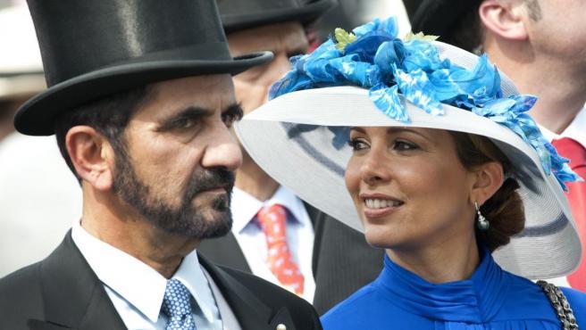 El jeque Mohamed Bin Rashid Al Maktum junto a su esposa, la princesa Haya Al Hussein, en una carrera de caballos celebrada en Epsom en 2010.