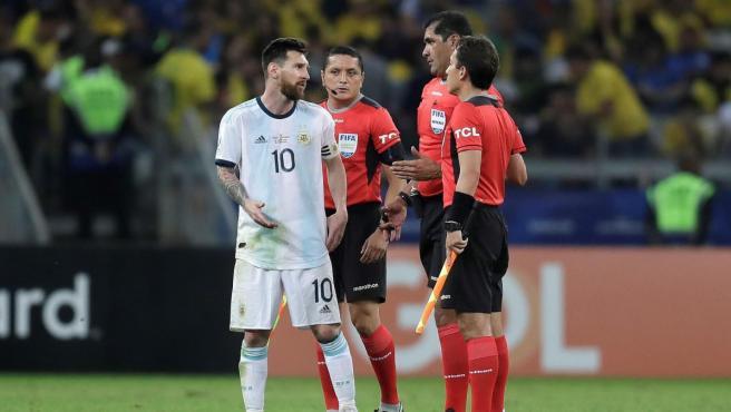 Leo Messi dialoga con el árbitro ecuatoriano Roddy Zambrano.