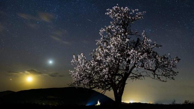 Un meteorito surca el cielo.