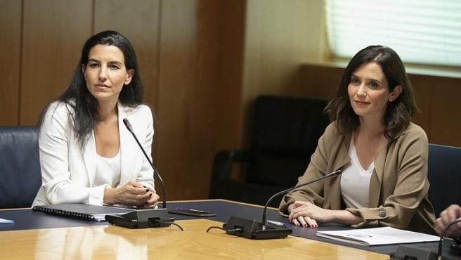La candidata de Vox por la Comunidad de Madrid, Rocío Monasterio, con su homóloga del PP, Isabel Díaz Ayuso.