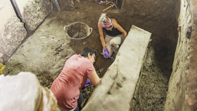 Trabajos durante el hallazgo del sarcófago romano en Granada.