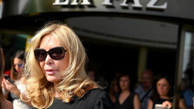La artista Norma Duval a su llegada a la capilla ardiente del actor Arturo Fernández.