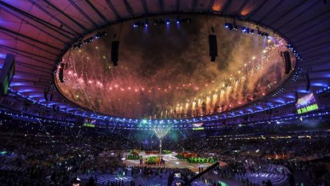 Fotografía de fuegos artificiales en la ceremonia de clausura de la trigésima primera edición de los Juegos Olímpicos, en el estadio Maracanã de Río de Janeiro (Brasil).