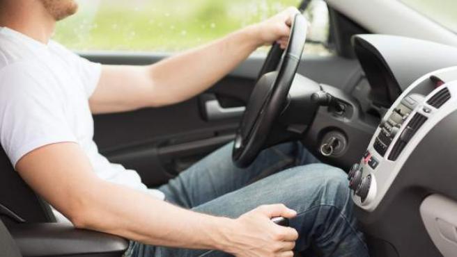 <p>Un hombre conduce su coche.</p>