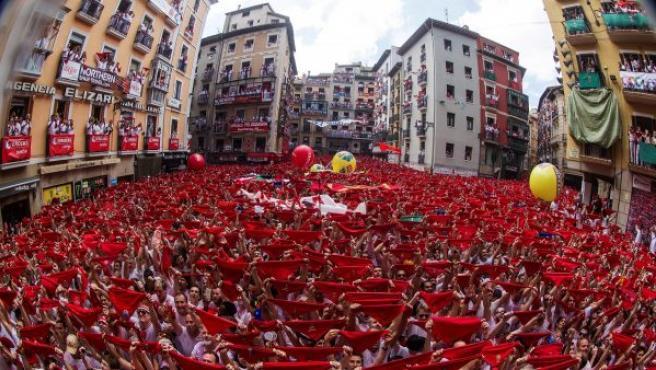 Miles de personas celebran el comienzo de las fiestas de San Fermín 2018 alzando su pañuelo rojo al cielo, durante el tradicional chupinazo en la plaza del Ayuntamiento de Pamplona.