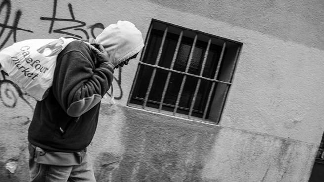 Una persona sin hogar por una calle
