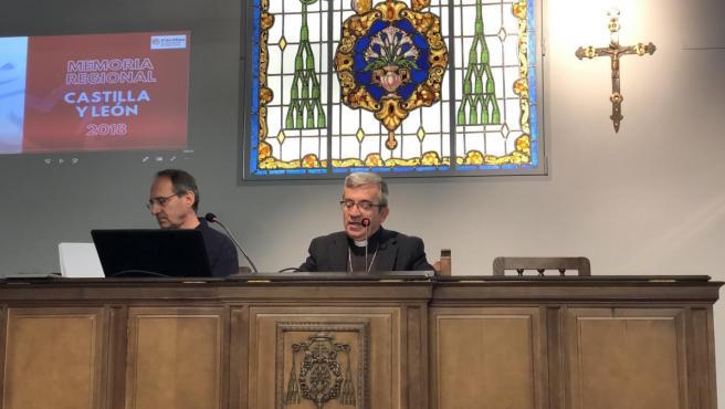 El secretario general y portavoz de la Conferencia Episcopal Española, Luis Argüello, en el centro de la imagen.