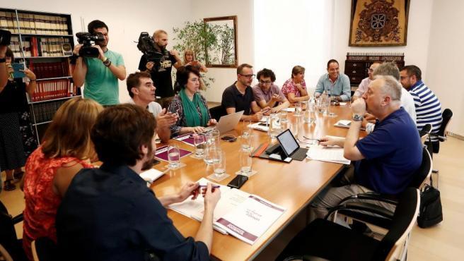 Inicio de la reunión entre los representantes del PSN, Geroa Bai, Podemos e Izquierda-Ezkerra este viernes en el parlamento de Navarra.