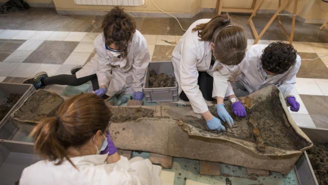 Trabajos en el sarcófago romano hallado en Granada.